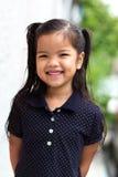Unga flickan fångna leendet med tycker om något Royaltyfria Foton