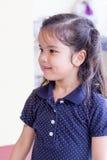 Unga flickan fångna leendet med tycker om något Arkivbild