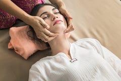 Unga flickan får thailändsk stilmassage av kvinnan för kroppterapi Arkivbilder