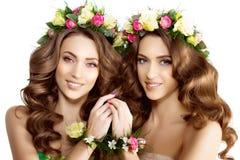 Unga flickan för två vårkvinnor blommar härlig modellkransbrac arkivbild