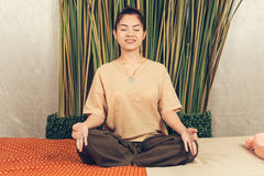 Unga flickan förbereder sig för yoga Fotografering för Bildbyråer