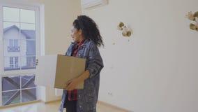 Unga flickan förflyttar i ett nytt hus arkivfilmer
