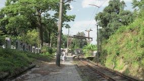 Unga flickan går på järnvägen georgia lager videofilmer