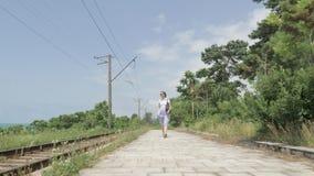 Unga flickan går på järnvägsstationen georgia stock video