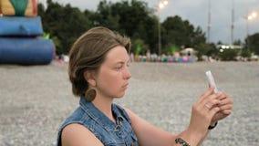 Unga flickan gör selfie på stranden - Georgia arkivfilmer