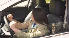 Unga flickan hade en olycka med bilen i driftstoppet stock video