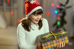 Unga flickan har fått en julgåva Arkivfoton