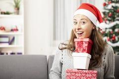 Unga flickan har många gåvor för dig Royaltyfri Fotografi