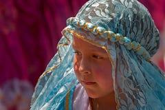 Unga flickan i blått snör åt huvudbonaden Royaltyfria Bilder