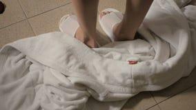 Unga flickan i brunnsort kastar badrocken p? golvet stock video