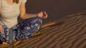 Unga flickan i en lotusblomma poserar möter gryningen i den röda öknen stock video
