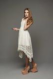 Unga flickan i ovanligt snör åt klänningen royaltyfri bild