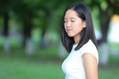 Unga flickan i parkera går gående royaltyfri foto