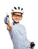 Unga flickan i shower för en cykelhjälm gör en gest reko, isolerat på vit Royaltyfri Fotografi