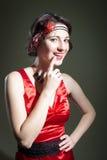 Unga flickan i 20-tal utformade röda den lyckliga aftonklänningen Arkivbilder