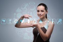 Unga flickan i trängande faktiska knappar för sportbegrepp Royaltyfri Fotografi