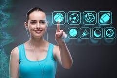 Unga flickan i trängande faktiska knappar för sportbegrepp Arkivfoton