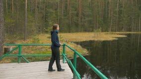 Unga flickan kopplar av på sjön lager videofilmer