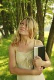 Unga flickan läser bibeln Arkivfoton