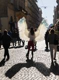 Unga flickan med ängel påskyndar på Lviv gator royaltyfri bild