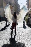 Unga flickan med ängel påskyndar på Lviv gator royaltyfri fotografi