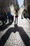 Unga flickan med ängel påskyndar på Lviv gator arkivbild