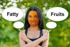 Unga flickan med apelsinskalhud, dåligt hudtecken, visar orden royaltyfri fotografi