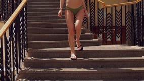 Unga flickan med en baddräkt och går ner trappan lager videofilmer