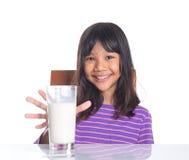 Unga flickan med ett exponeringsglas av mjölkar II Arkivbilder