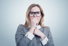 Unga flickan med exponeringsglas är mycket rädd Djup skräckbegreppssinnesrörelse Fotografering för Bildbyråer