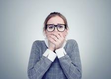 Unga flickan med exponeringsglas är mycket rädd Djupt skräckbegrepp royaltyfri fotografi