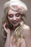 Unga flickan med krullning i en hatt med skyler Härlig modell med en krans av blommor på hennes huvud Fotografering för Bildbyråer