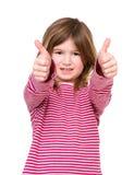 Unga flickan med tummar up godkännande Royaltyfri Foto