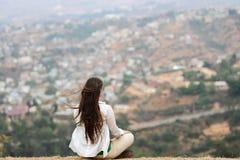Unga flickan mediterar i en lotusblomma poserar Royaltyfri Foto