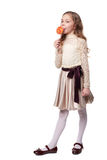 Unga flickan rymmer en stor spiral lollypop isolerad Arkivbilder