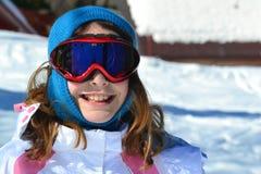 Unga flickan skidar in semesterorten Arkivbild
