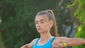 Unga flickan som gör morgonövningar parkerar in, konditionaktivitet, wellness stock video