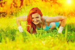 Unga flickan som gör press, ups på gräsinstagramstättan Arkivfoton