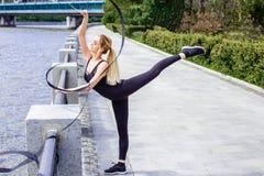 Unga flickan som gör rytmisk gymnastik, övar med det utomhus- bandet Royaltyfria Bilder
