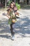 Unga flickan som kläs som Katniss i hungern, spelar med pilbågen och pilar på den Oklahoma Renassiance festivalen i muskogeen rek royaltyfri bild