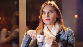 Unga flickan som tycker om kaffe och att drömma Stående 4K arkivfilmer