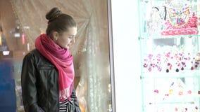 Unga flickan som undersöker, ställer ut av juvlar och att le 4K arkivfilmer