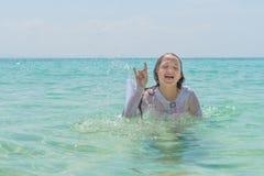 Unga flickan som visar fingrar som gör gettecknet royaltyfria foton