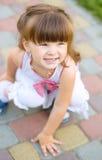 Unga flickan spelar utomhus Royaltyfri Fotografi