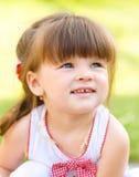 Unga flickan spelar utomhus Royaltyfria Foton