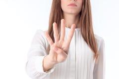 Unga flickan sträcks ut framme av handen och närbild för fyra fingershower Royaltyfri Bild