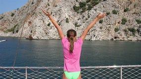 Unga flickan sträckte sig på en yacht lager videofilmer