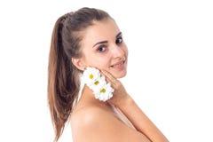 Unga flickan tar att bry sig hennes hud fotografering för bildbyråer