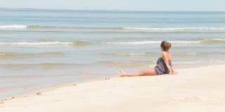 Unga flickan tycker om seascape på den tropiska stranden tillbaka sid sikten Royaltyfri Fotografi