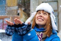 Unga flickan tycker om snön Arkivbilder